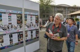 Robert Pledge visits Global Photography exhibition area